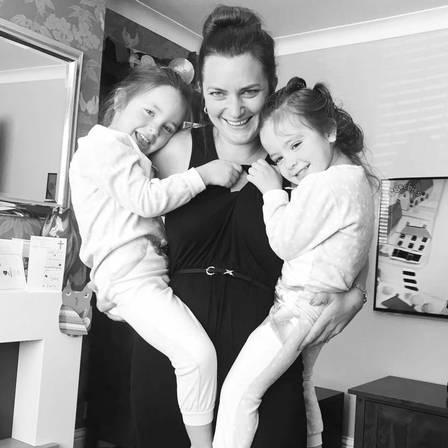 As gêmeas com a mãe Angela Formosa Foto: Reprodução/Facebook
