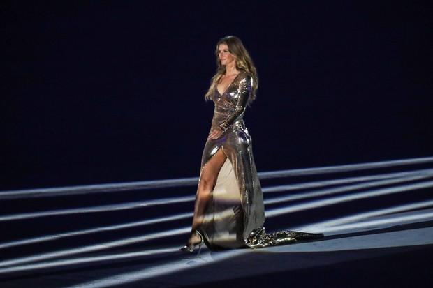 O vestido assinado por Alexandre Herchcovitch fez Gisele brilhar ainda mais. (Foto: Reprodução Facebook)