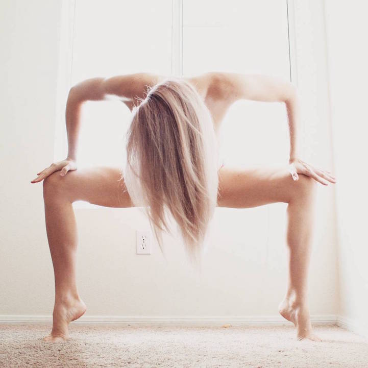 Heidi Williams poses de yoga