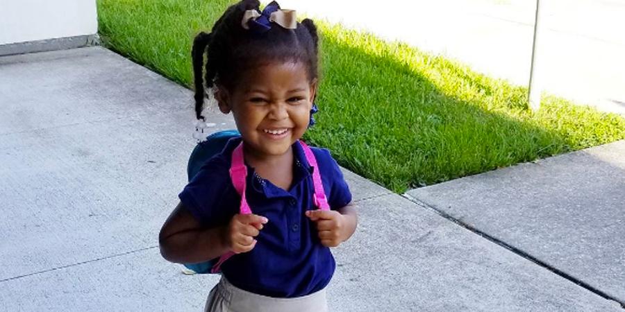 menina-comemora-com-entusiasmo-seu-primeiro-dia-de-aula-3