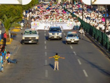 Menino de 12 anos enfrenta manifestação homofóbica de 11 mil pessoas no México 17