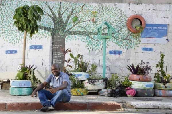 Morador transforma pontos de lixo em jardins com materiais recicláveis 1