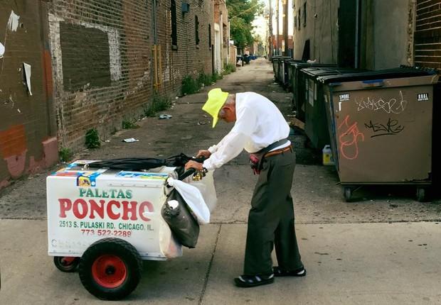 Foto de idoso empurrando carrinho de paletas comove internautas 1