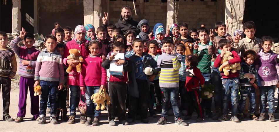 Este finlandês arrisca sua vida para levar brinquedos às crianças na Síria 2