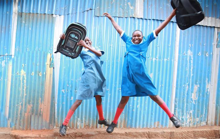 Empresária de 23 anos doa mochilas equipadas com painéis solares para crianças da África 2