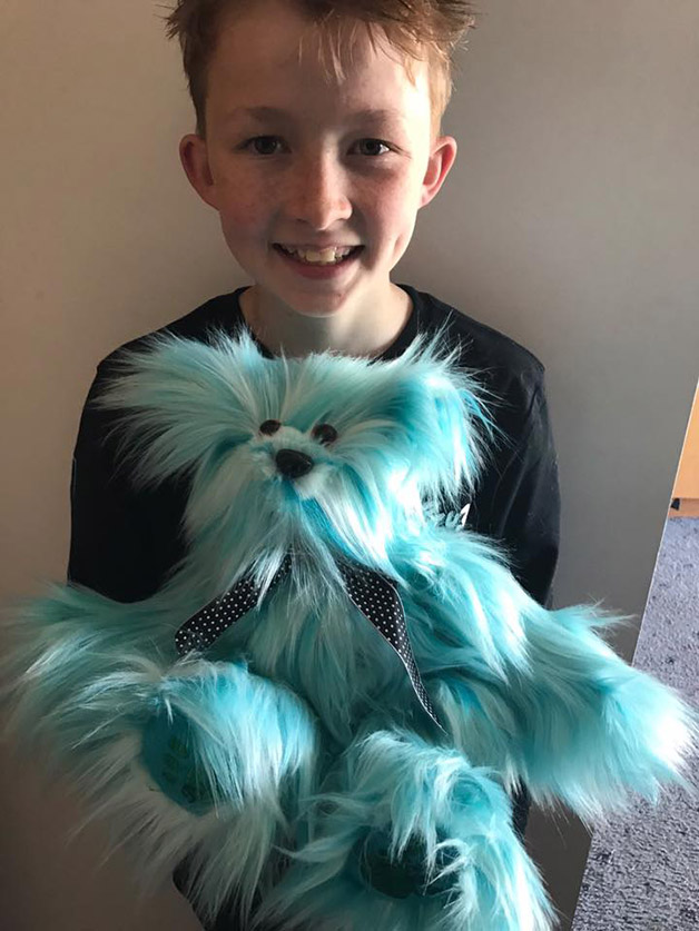 bichinhos de pelúcia costurados por menino