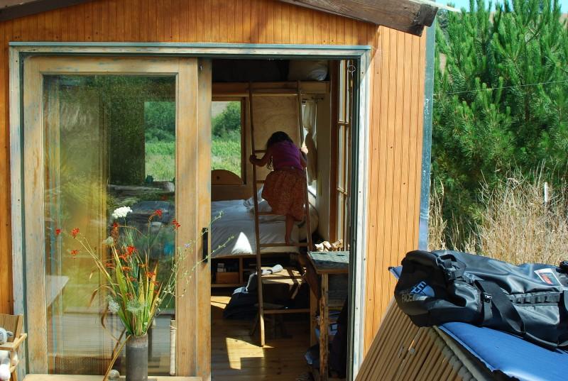 Mãe constrói casa com materiais recicláveis para passar mais tempo com a filha 2