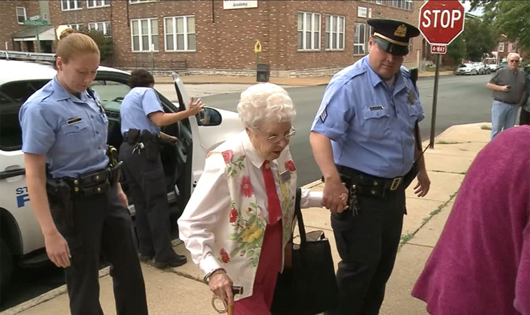 Senhorinha de 102 anos realiza o 'sonho' de ser presa 2