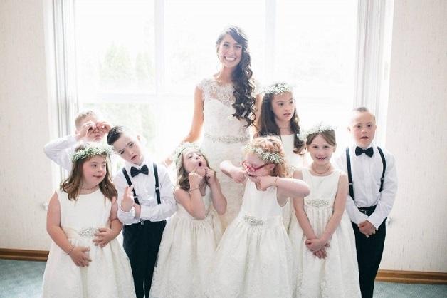 Professora convida alunos com Síndrome de Down para serem os 'noivinhos' de seu casamento 1