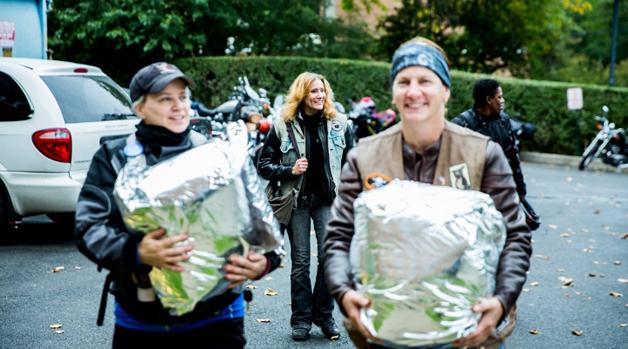 'Gangue' de motoqueiras entrega leite materno para bebês prematuros