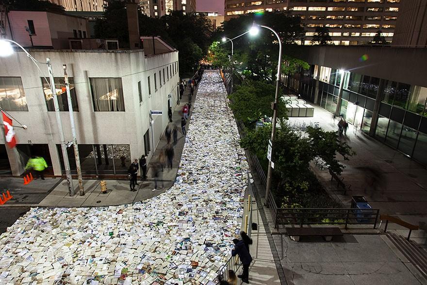 Instalação enche rua do Canadá com mais de 10 mil livros iluminados 1