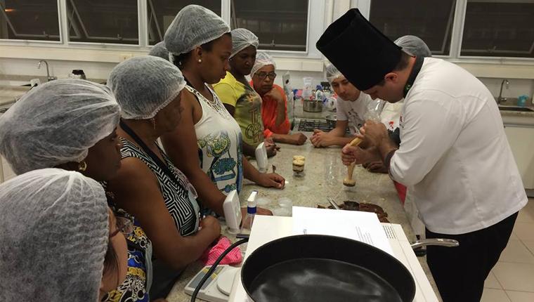 Estudantes capacitam mulheres de baixa renda com cursos de culinária e administração 2