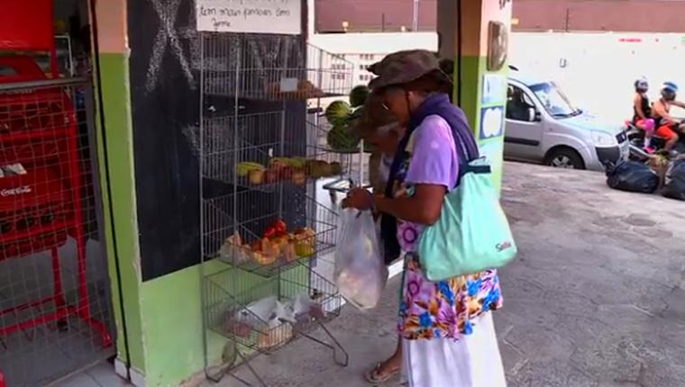 Mercado oferece alimentos de graça para pessoas necessitadas em PE 1