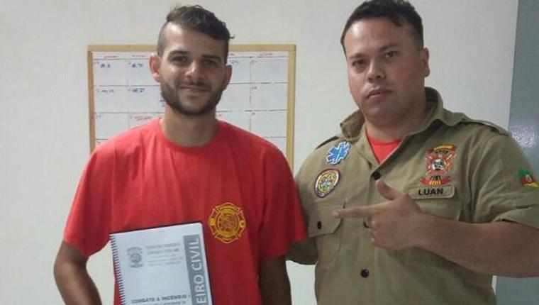 """Motoboy que salvou gatinho ganha curso de bombeiro civil: """"É um sonho"""" 1"""