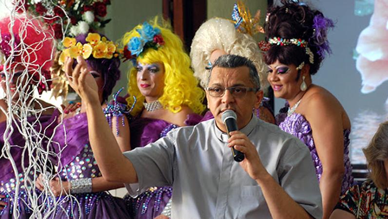 Padre faz bonita homenagem a drag queens e desmistifica a ideia de que todo religioso é homofóbico 1