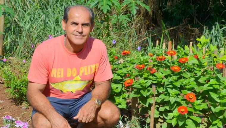 Porteiro transforma lixão em lindo jardim para a comunidade onde vive 1