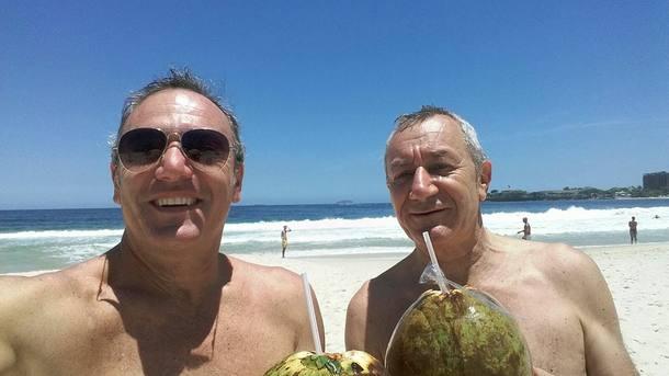 Rino Polato postou foto tirada na véspera do assassinato, na Praia de Copacabana, ao lado de Roberto Bardella (de óculos escuros)