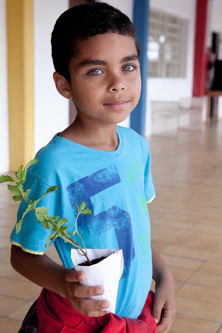 Criança atendida pela Liga Solidária na oficina de plantio de mudas em dia de atividade de voluntariado da PEPSICO.