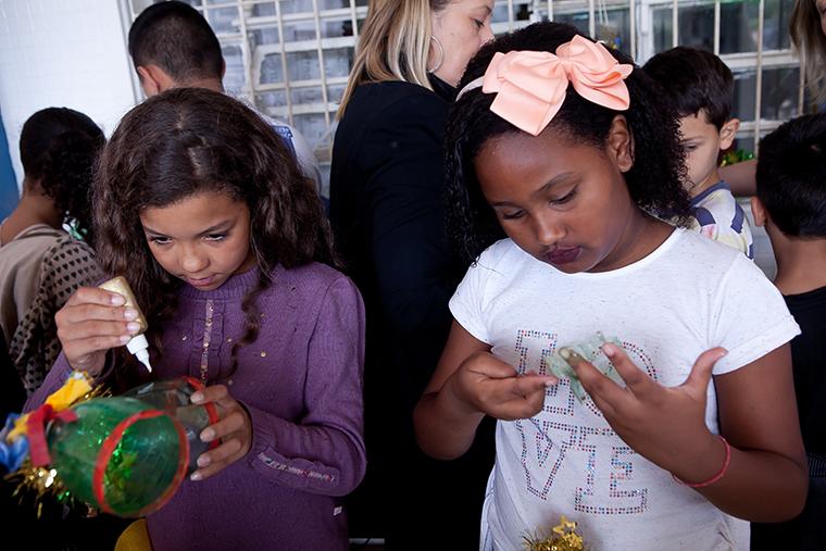 Crianças atendida pela Liga Solidária em oficina de reciclagem.