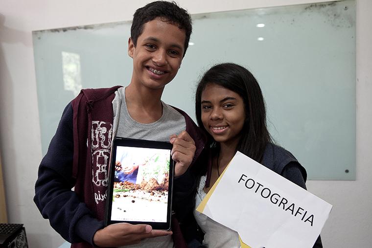 Crianças atendidas pela Liga Solidária em oficina de fotografia.