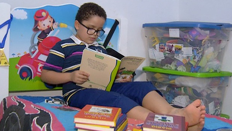 Garoto de 7 anos leu quase 90 livros em 2016 e já escreveu 4 1