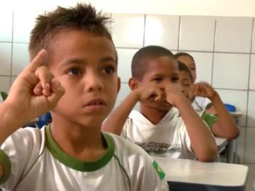 Colegas aprendem Libras para ajudar menino surdo com o conteúdo das aulas 3
