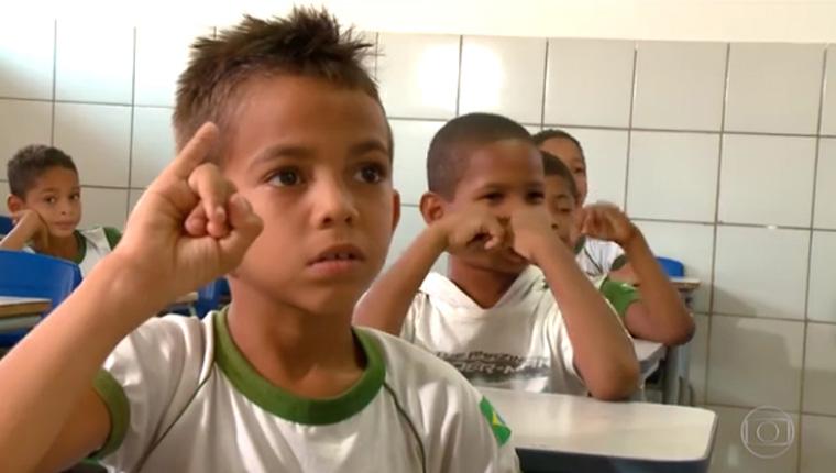 Colegas aprendem Libras para ajudar menino surdo com o conteúdo das aulas 1