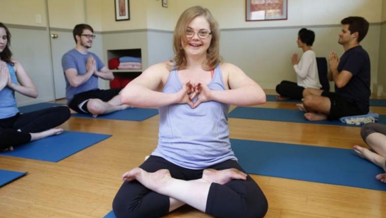 Primeira instrutora de Yoga com Síndrome de Down, Jessica Parsons oferece aulas mais inclusivas 1