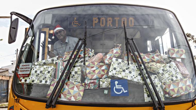 Amigo secreto de passageiros de ônibus arrecada presentes de Natal para crianças carentes 4