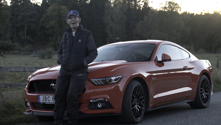 Aos 97 anos, sueco realiza sonho de dirigir seu próprio Mustang 1