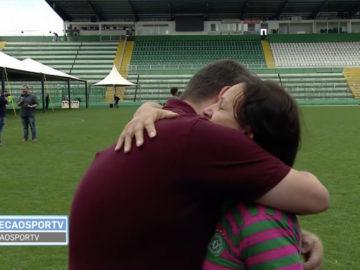 """Mãe do goleiro Danilo faz pedido emocionante à repórter: """"Posso te dar um abraço em nome da imprensa?"""" 1"""