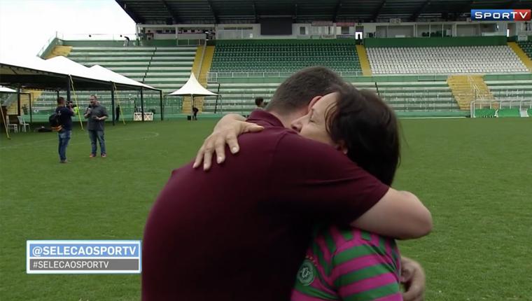 """Mãe do goleiro Danilo faz pedido emocionante à repórter: """"Posso te dar um abraço em nome da imprensa?"""" 2"""