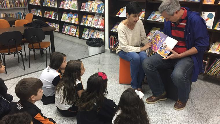 Pais viram contadores de histórias para incentivar o gosto pela leitura entre os filhos 1