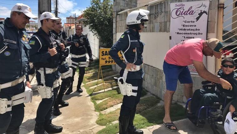 Menino cadeirante que sonha ser policial ganha surpresa em Aracaju 2
