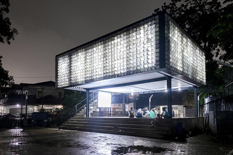 Indonésia ganha biblioteca pública feita com dois mil potes de sorvetes usados 3