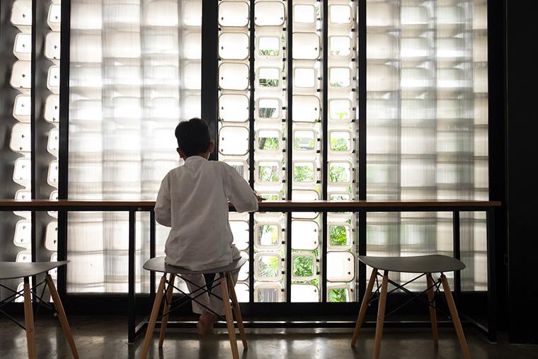 Indonésia ganha biblioteca pública feita com dois mil potes de sorvetes usados 8
