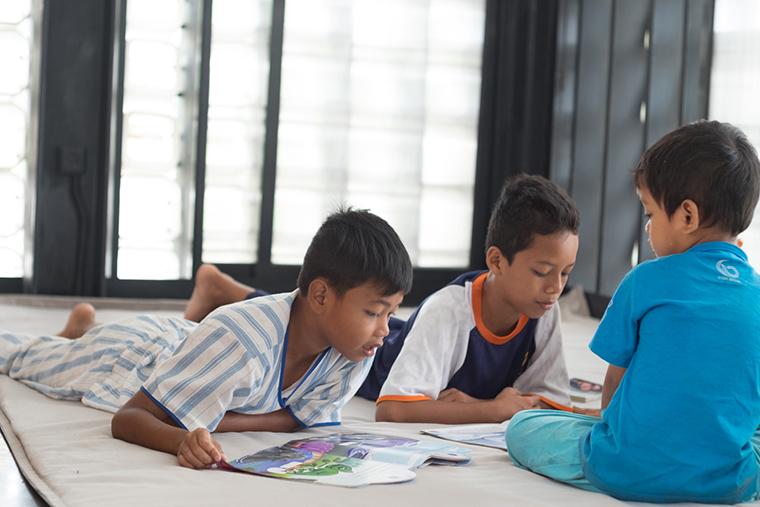 Indonésia ganha biblioteca pública feita com dois mil potes de sorvetes usados 9