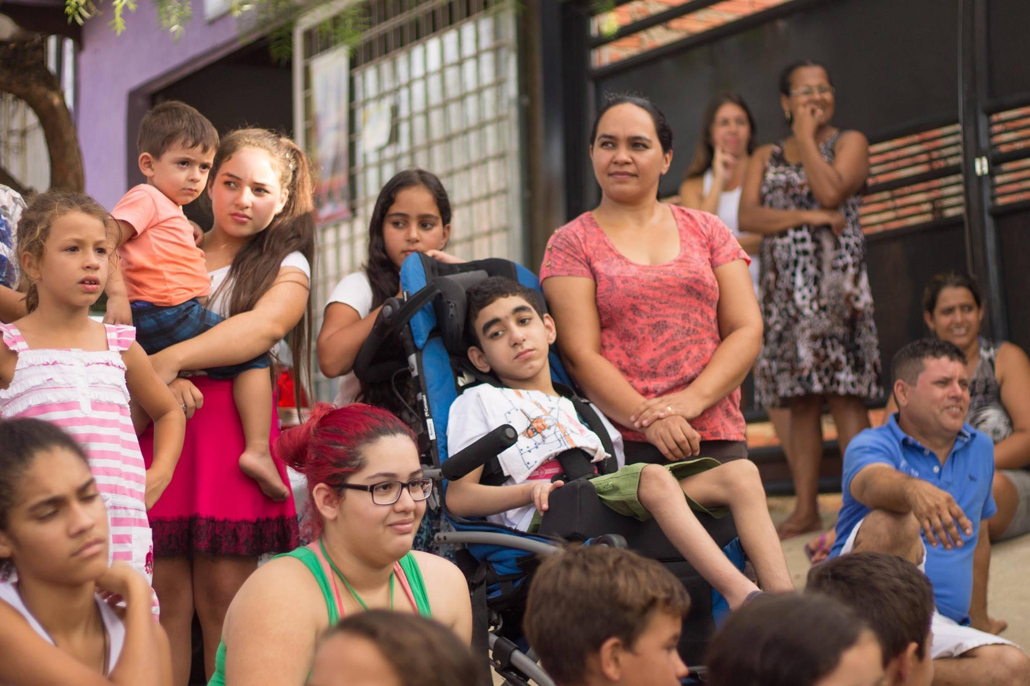 Trupe de palhaços faz apresentação na frente da casa de menino que não pode andar 2