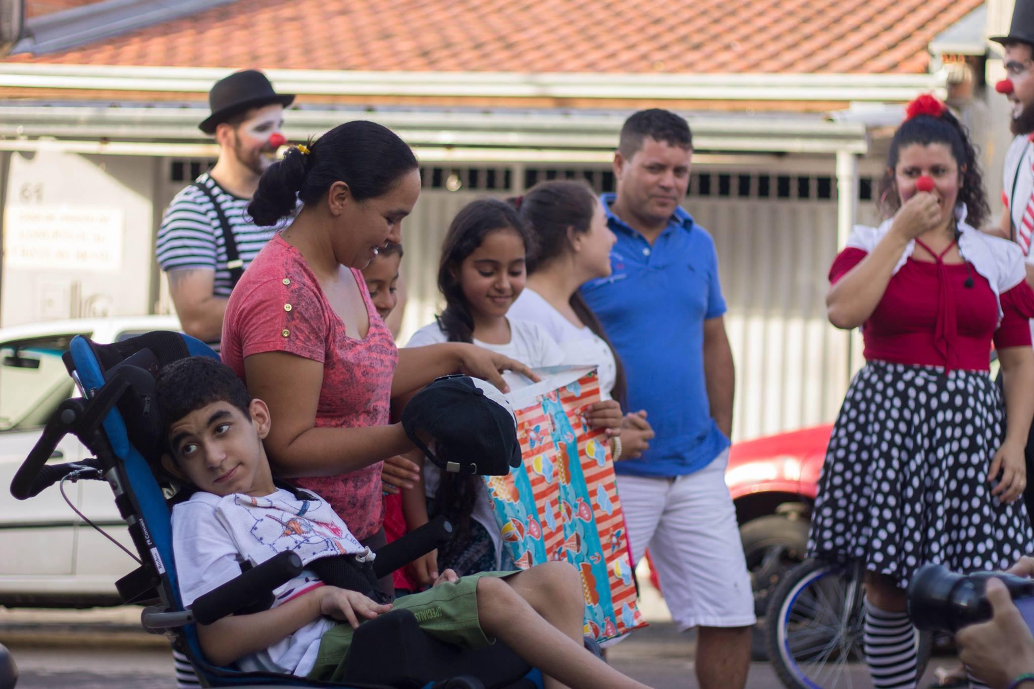 Trupe de palhaços faz apresentação na frente da casa de menino que não pode andar 5