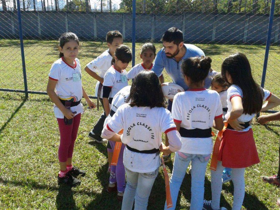 Professor de Brasília está ensinando meninos a respeitar as alunas através do esporte 2