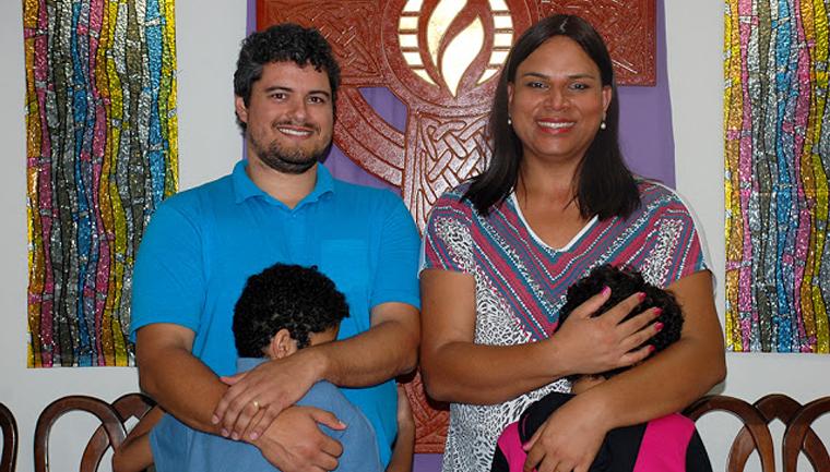 """Pastora trans adota menino com necessidades especiais e menina trans: """"Nasci para ser mãe"""" 1"""
