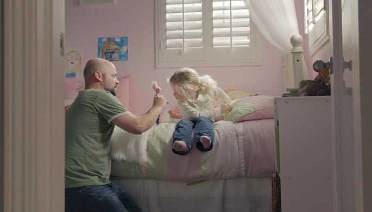 Nova propaganda da Barbie mostra pais brincando de boneca com suas filhas 2