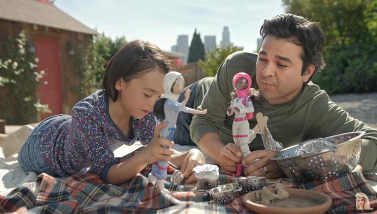 Nova propaganda da Barbie mostra pais brincando de boneca com suas filhas 3