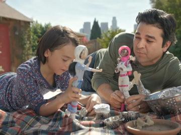 Nova propaganda da Barbie mostra pais brincando de boneca com suas filhas 1