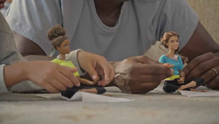 Nova propaganda da Barbie mostra pais brincando de boneca com suas filhas 4