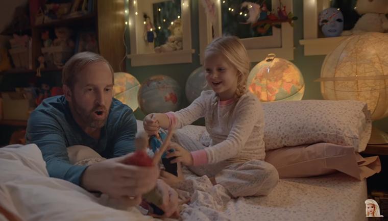 Nova propaganda da Barbie mostra pais brincando de boneca com suas filhas 5