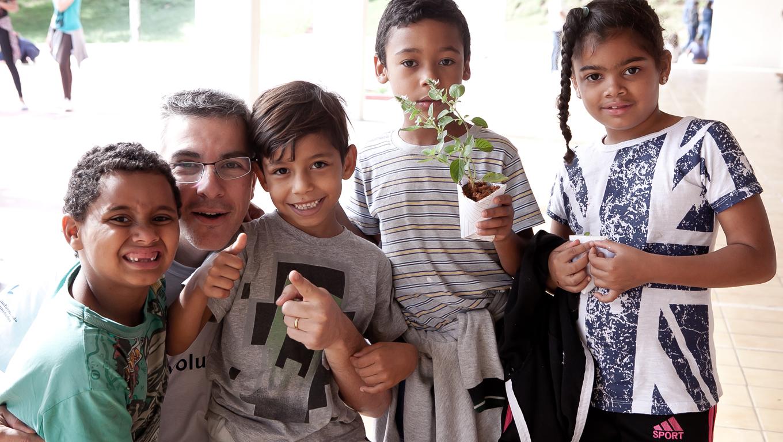 """Voluntários impactam milhares de pessoas com o programa """"Transformando Comunidades"""" 1"""