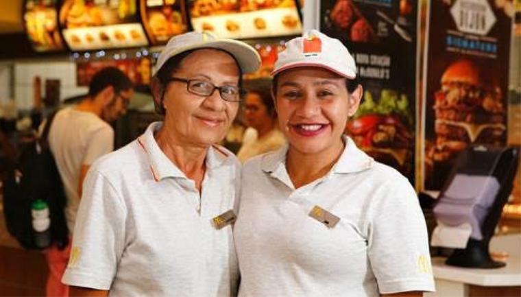 McDonald's contrata mãe para que filha com deficiência intelectual trabalhe melhor 1