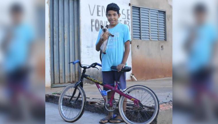 Jovem de Campo Grande troca bicicleta por ração para gatos adotados e comove a internet 1