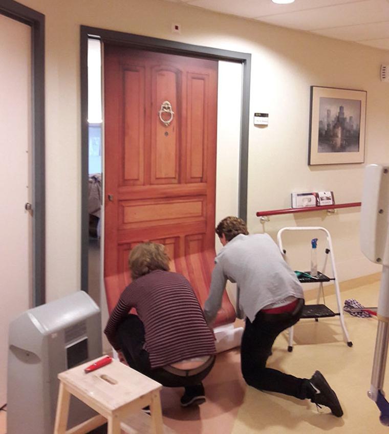Empresa recria portas de idosos internados com demência para que possam se sentir em casa 10